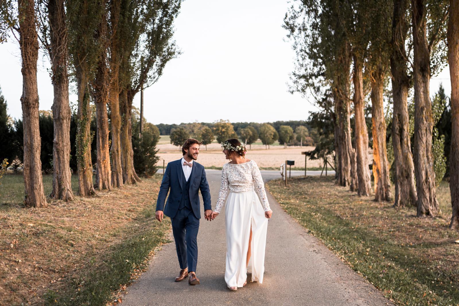 Mariés dans l'allée des peupliers à La Thibaudière