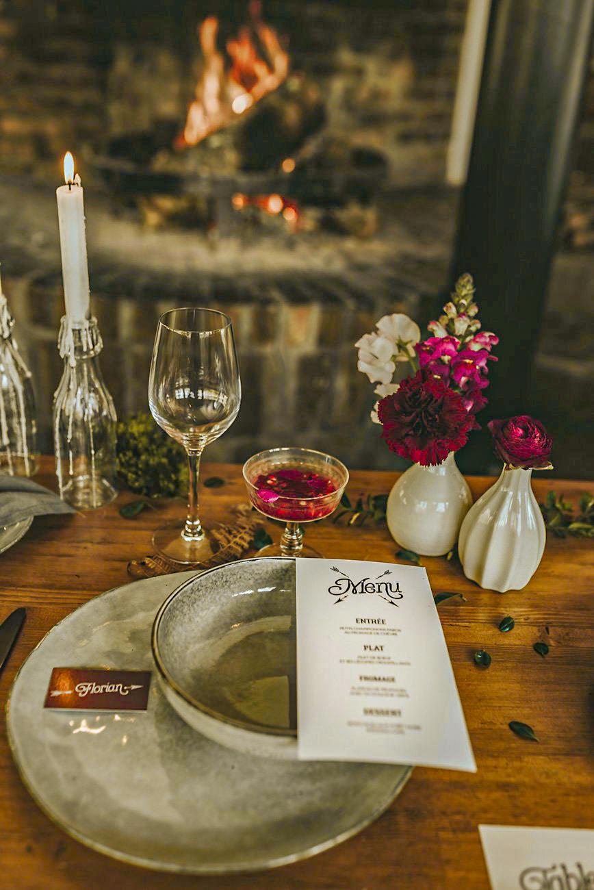 La Roche Couloir cheminée fleurs dîner par Cécile Bellu