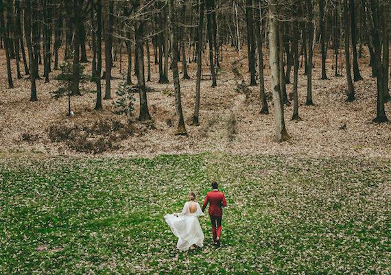 Mariage d'hiver couple mariés forêt à La Roche Couloir par Cécile Bellu