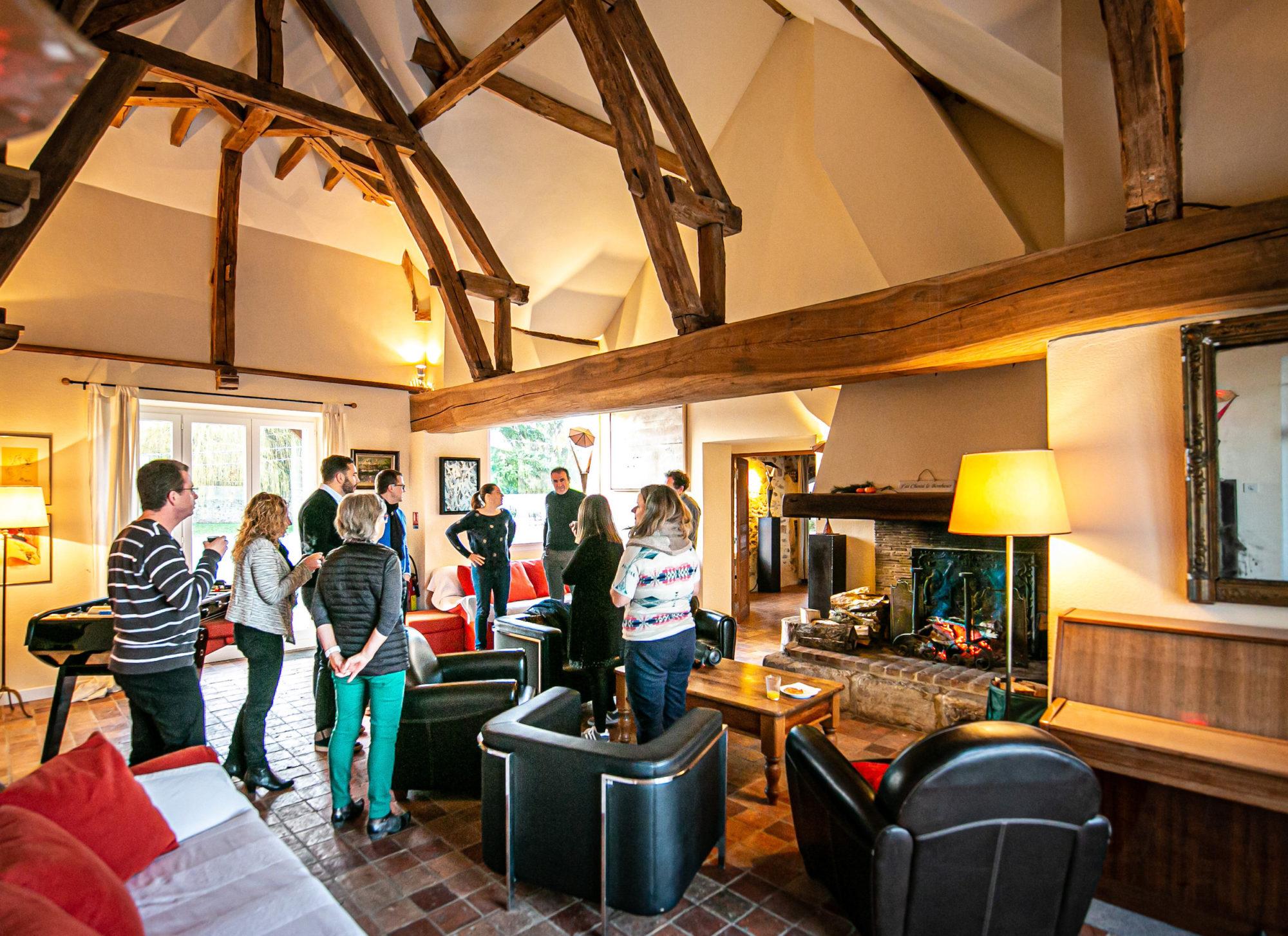 Séminaire au vert activité cohésion réunion teambuilding dans le salon de La Thibaudière par Clapinstant
