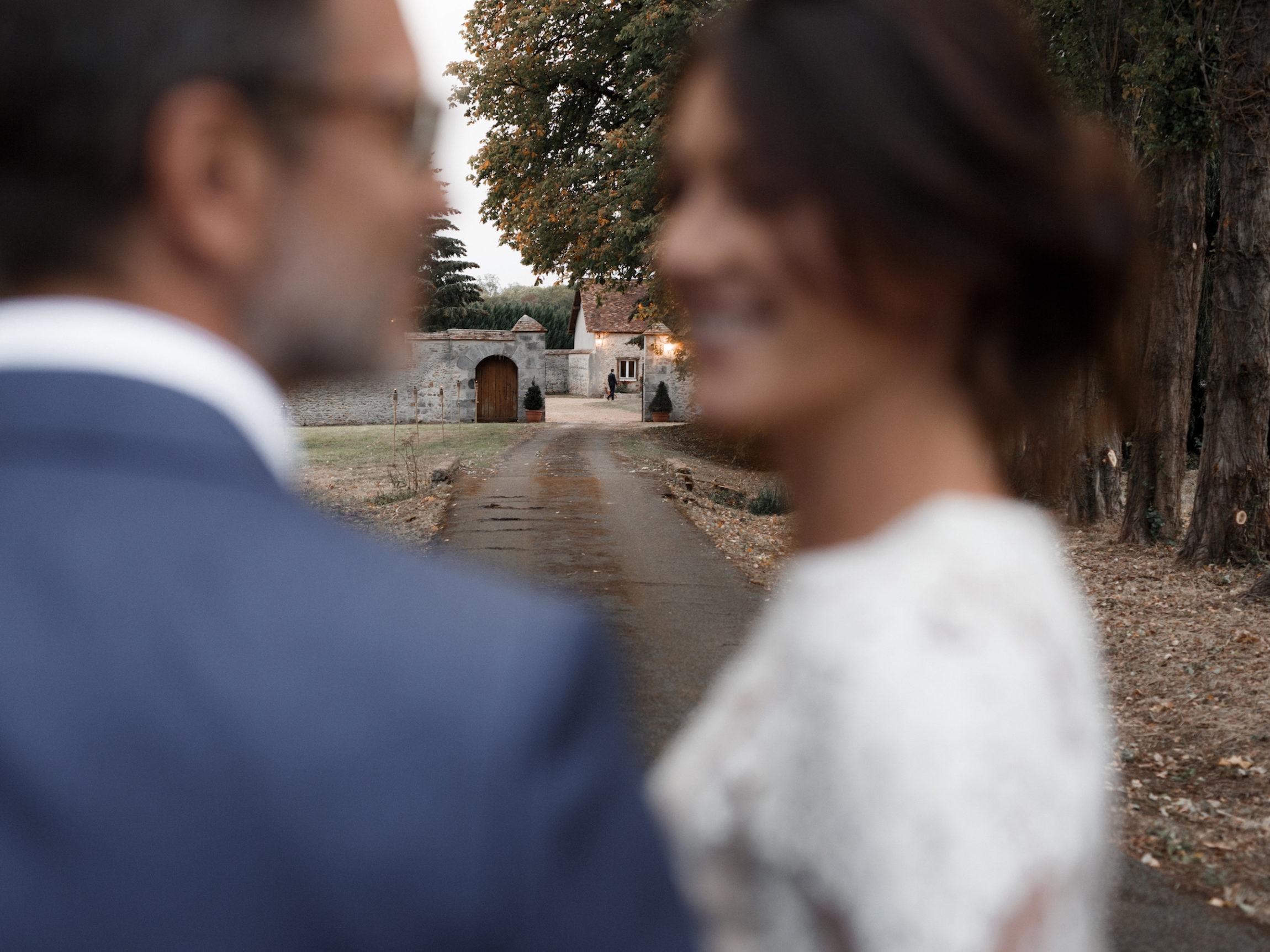 Mariés entrée La Thibaudière par Alison Photographer pour MC2 Mon Amour