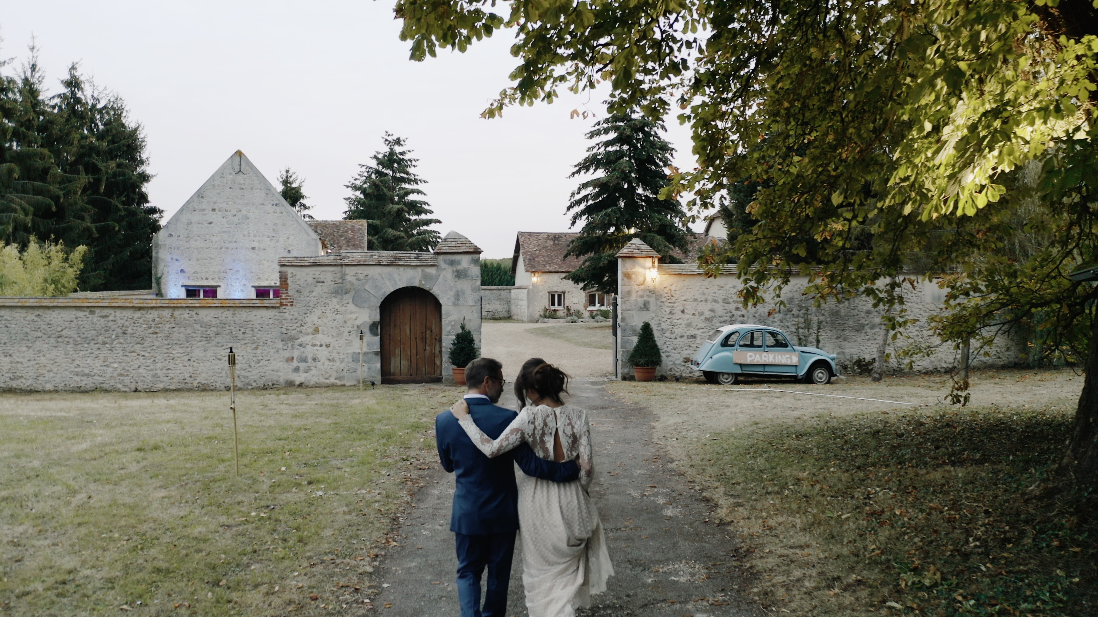 L'arrivée des mariés depuis l'allée des peupliers par AlisonPhotographer pour MC2 Mon Amour