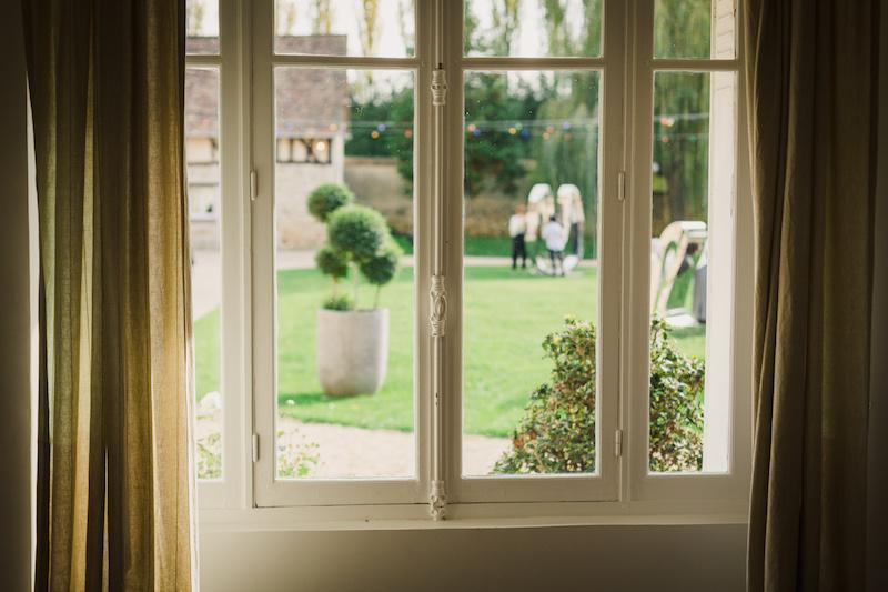 La cour du Domaine de La Thibaudière vue depuis une fenêtre par Maxence Bernard