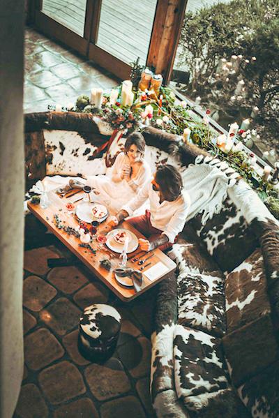 Mariage d'hiver dîner couple mariés à La Roche Couloir par Cécile Bellu