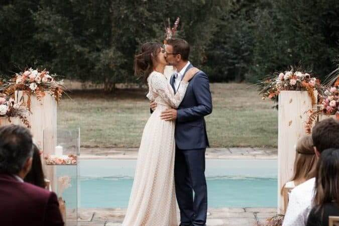Cérémonie piscine mariage couple de mariés à La Thibaudière par Alison Photographer pour MC2 Mon Amour